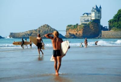 5Plage-Cote-des-Basques-et-surfeurs