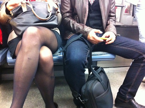 Man spread JVC jevouschouchoute metro Paris