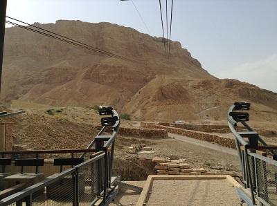 départ du télécabine avec la montagne au loin sur laquelle se situe la forteresse
