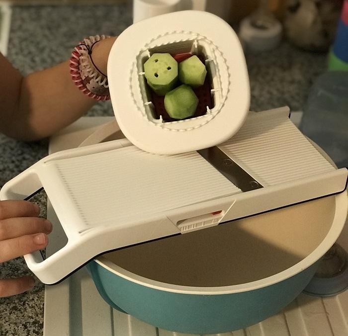 Enora a appris couper les l gumes en tranches fines avec mon mandojunior - Mandoline cuisine tupperware ...